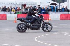 MINSK, WEISSRUSSLAND - 24. APRIL 2016 SCHWEIN Harley Owners Group-Öffnung, die Jahreszeitshow fährt Mannbremsungsreiten mit schwa Lizenzfreie Stockfotos