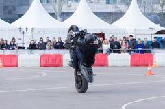 MINSK, WEISSRUSSLAND - 24. APRIL 2016 SCHWEIN Harley Owners Group-Öffnung, die Jahreszeitshow fährt Mannbremsungsreiten mit schwa Lizenzfreie Stockfotografie