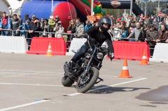MINSK, WEISSRUSSLAND - 24. APRIL 2016 SCHWEIN Harley Owners Group-Öffnung, die Jahreszeitshow fährt Mannreiten mit schwarzem Harl Stockfoto