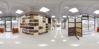 MINSK, WEISSRUSSLAND - APRIL 2017: volles nahtloses Panorama 360 Grad Winkelsicht im Innenausleseluxusladen des Keramikziegels un lizenzfreies stockfoto