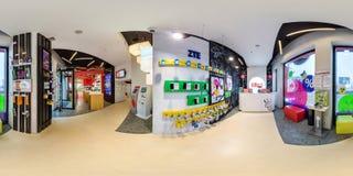 MINSK, WEISSRUSSLAND - AUGUST 2017: Volles kugelförmiges 360-Winkelgrad-nahtloses Panorama im modernen Speicherinnensalon des Mob stockfotografie