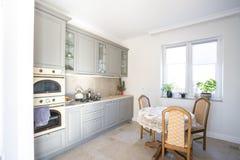 MINSK, WEISSRUSSLAND - Januar 2019: luxure Kücheninnenraum von flachen Wohnungen des Dachbodens stockbild