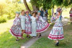 MINSK, WEISSRUSSLAND - 5. Juli 2015: Junge Mädchen in den nationalen Klagen mit Kranz von wilden Blumen feiern traditionellen Sla stockfoto