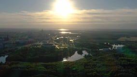 MINSK, WEISSRUSSLAND - JUNI 2019: Luftbrummenschussansicht des Erholungsparks im Stadtzentrum am sonnigen Tag stock footage