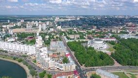 MINSK, WEISSRUSSLAND - JUNI 2019: Luftbrummenschussansicht des Stadtzentrums Straßen von oben genanntem am sonnigen Tag stock video