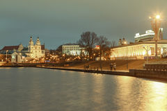 MINSK, WEISSRUSSLAND - 12. MÄRZ 2016: Anziehungskräfte Minsk und die Mitte des Abenddammes Svisloch Lizenzfreies Stockbild