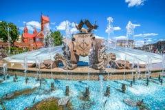 MINSK, WEISSRUSSLAND - 6. MAI 2016: Brunnen und das Haus der Regierung von Weißrussland auf dem Unabhängigkeits-Quadrat in Minsk, Stockbild