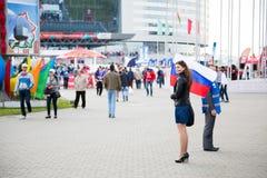 MINSK, WEISSRUSSLAND - 9. Mai - Frau mit russischer Flagge vor Minsk-Arena am 9. Mai 2014 in Weißrussland Eis-Hockey-Meisterschaf Lizenzfreies Stockbild