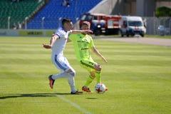 MINSK, WEISSRUSSLAND - 6. MAI 2018: Fußballspieler kämpft für Ball während des belarussischen Fußballspiels der ersten Liga zwisc Lizenzfreie Stockbilder