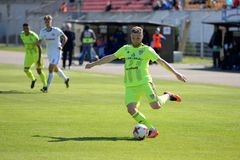 MINSK, WEISSRUSSLAND - 6. MAI 2018: Fußballspielertritt der Ball während des belarussischen Fußballspiels der ersten Liga zwische Lizenzfreie Stockfotos