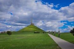 MINSK, WEISSRUSSLAND - 1. MAI 2018: Herrliche Ansicht im Freien des Architektur- und bildhauerischen Komplexes mit dem stela Mins Stockfoto
