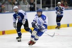 MINSK, WEISSRUSSLAND - 5. MAI 2014: Spieler des kleinen Jungen Kind-` s des Eishockey-teams, das während des Matches lächelt Stockfoto