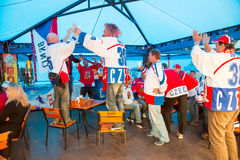 MINSK, WEISSRUSSLAND - 11. Mai - tschechische Fans im Café an Chizhovka-Arena am 11. Mai 2014 in Weißrussland Eis-Hockey-Meisters Stockfoto