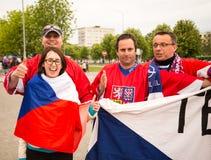 MINSK, WEISSRUSSLAND - 11. Mai - tschechische Fans vor Chizhovka-Arena am 11. Mai 2014 in Weißrussland Eis-Hockey-Meisterschaft Stockbild