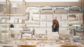 MINSK, WEISSRUSSLAND - 10. OKTOBER 2017 Innerhalb Einzelhandelsgeschäftes Zara Homes in Minsk Gläser einer junge Hippie-Frau in M Lizenzfreie Stockbilder