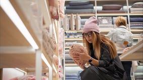 MINSK, WEISSRUSSLAND - 10. OKTOBER 2017 Innerhalb Einzelhandelsgeschäftes Zara Homes in Minsk Gläser einer junge Hippie-Frau in M Stockbild