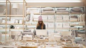 MINSK, WEISSRUSSLAND - 10. OKTOBER 2017 Innerhalb Einzelhandelsgeschäftes Zara Homes in Minsk Gläser einer junge Hippie-Frau in M stock video footage