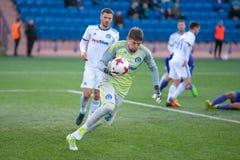 MINSK, WIT-RUSLAND - APRIL 7, 2018: Andrei Gorbunov met bal tijdens de Witrussische Eerste Ligavoetbalwedstrijd tussen FC stock afbeelding