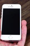 Minsk, Wit-Rusland - April 16, 2016: Apple-iPhone 5, 5S Witte versi Royalty-vrije Stock Afbeelding