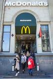 Minsk, Wit-Rusland, 4 April, 2018: De bezoekers gaan en gaan van het restaurant van McDonald binnen weg ` s Stock Foto