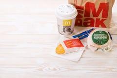 Minsk, Wit-Rusland - April 16, het ontbijt van 2017 in McDonald ` s, Hamburg royalty-vrije stock fotografie