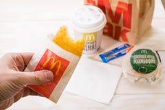 Minsk, Wit-Rusland - April 16, het ontbijt van 2017 in McDonald ` s, Hamburg royalty-vrije stock foto