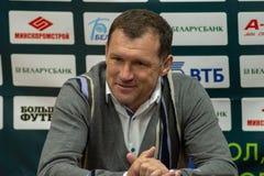 MINSK, WIT-RUSLAND - APRIL 7, 2018: Sergei Gurenko, hoofdbus van FC-Dynamo Minsk bij de persconferentie na Belarusia royalty-vrije stock foto