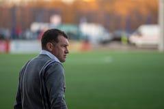MINSK, WIT-RUSLAND - APRIL 7, 2018: Sergei Gurenko, hoofdbus van FC-Dynamo Minsk reageert tijdens de Witrussische Eerste Liga stock foto's