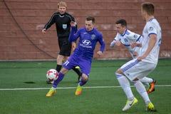 MINSK, WIT-RUSLAND - APRIL 7, 2018: Voetballers tijdens de Witrussische Eerste Ligavoetbalwedstrijd tussen FC-Dynamo royalty-vrije stock afbeelding