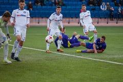 MINSK, WIT-RUSLAND - APRIL 7, 2018: Voetballers tijdens de Witrussische Eerste Ligavoetbalwedstrijd tussen FC-Dynamo stock afbeeldingen