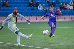 MINSK, WIT-RUSLAND - APRIL 7, 2018: Voetballers tijdens de Witrussische Eerste Ligavoetbalwedstrijd tussen FC-Dynamo stock foto's