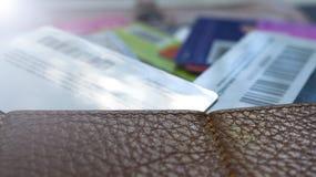 Minsk, Wit-Rusland, August/05/2017: Creditcard, plastic kaarten, kortingskaarten Portefeuille, beurs Royalty-vrije Stock Fotografie