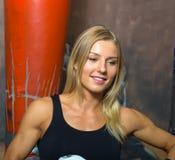Minsk, Wit-Rusland - Augustus 2, 2013: Catherine Vandareva - veelvoudige Wereld en Europese kampioen in het Thaise in dozen doen  Royalty-vrije Stock Foto