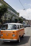 Minsk, Wit-Rusland, 14 Augustus 2018 - wit en Oranje die Volkswagen-Type - VW-2 T2 op de straat wordt geparkeerd, als de Vervoerd stock foto's