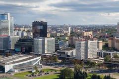 MINSK, WIT-RUSLAND - AUGUSTUS 15, 2016: Luchtmening van het zuidwestelijke deel van het Minsk met oude en nieuwe hoge gebouwen stock afbeeldingen