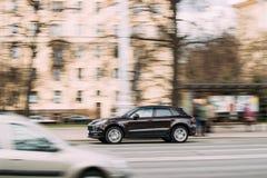 Minsk, Wit-Rusland Bruine Kleur Porsche Macan in Snelle Motie op Straat Royalty-vrije Stock Afbeelding
