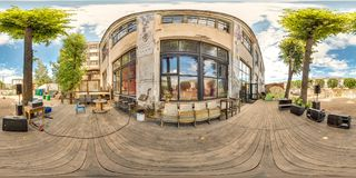 Minsk, Wit-Rusland - 2018: 3D sferisch panorama van de binnenplaats van de partijzolder met plaats voor het zitten met het bekijk Stock Fotografie