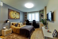 MINSK, WIT-RUSLAND - DECEMBER 21, 2018: Binnenland van de moderne slaapkamer in zolder vlak in lichte kleurenstijl royalty-vrije stock foto