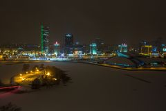MINSK, WIT-RUSLAND - DECEMBER 2018: lichten van de nachtstad Lichte wolkenkrabber in de winterlandschap royalty-vrije stock fotografie