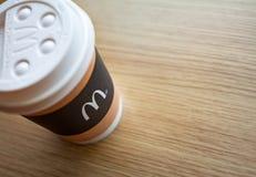 Minsk, Wit-Rusland, 18 Februari, 2018: Ð ¡ omhoog van koffie op lijst bij het restaurant van McDonald ` s Stock Fotografie