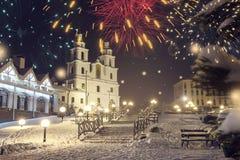 Minsk, Wit-Rusland Het feestelijke vuurwerk viert binnen Kerstmis en Nieuwjaar in Minsk stock afbeelding