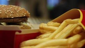 Minsk, Wit-Rusland, 3 Januari, 2018: Groot MAC-hamburgermenu in een restaurant van McDonald ` s stock videobeelden