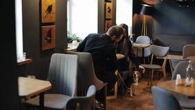 Minsk, Wit-Rusland - 11 Januari 2019: Spontaan beeld van jong paar in een koffiewinkel Kaukasische man en vrouwenzitting met a stock footage