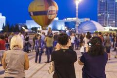 Minsk-Wit-Rusland, 19 Juli, 2015: Drie Meisjes die Beelden nemen Stock Afbeelding