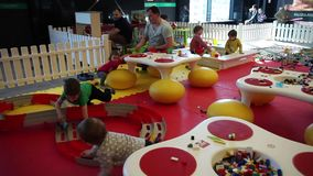 Minsk, Wit-Rusland, 9 juli, 2017: Het centrum ` Lego ` van het kinderen` s spel bij de winkelcentrum` Galerij ` stock footage