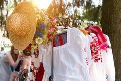 MINSK, WIT-RUSLAND - Juli 5, 2015: Witrussisch etnisch nationaal mensenornament op kleren Het Slavische Traditionele Patroonornam Royalty-vrije Stock Foto's