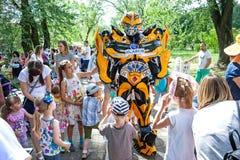 Minsk, Wit-Rusland, 3 Juni, 2018: Animator in een kostuum van robottransformator onder kinderen in een stadspark Royalty-vrije Stock Foto's