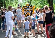Minsk, Wit-Rusland, 3 Juni, 2018: Animator in een kostuum van robottransformator onder kinderen in een stadspark Stock Foto