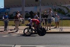 MINSK, WIT-RUSLAND - JUNI 25, 2019: De fietser van Witrussische Kiryienka neemt aan Mensen Verdeelde Begin Individuele Race deel  stock afbeelding