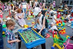 Minsk, Wit-Rusland, 3 Juni, 2018: De kinderen spelen lijstvoetbal op speelplaats met heel wat kinderen, ouders en speelgoed in op Royalty-vrije Stock Fotografie